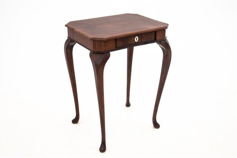 zabytkowy stolik typu niciak