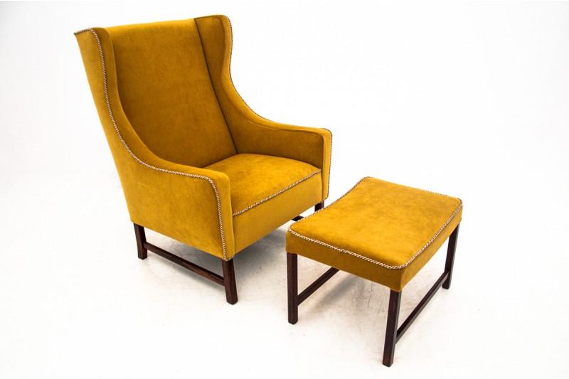 zabytkowy fotel z podnózkiem