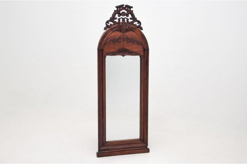 antyczne lustro rzeźbione w drewnianej ramie a
