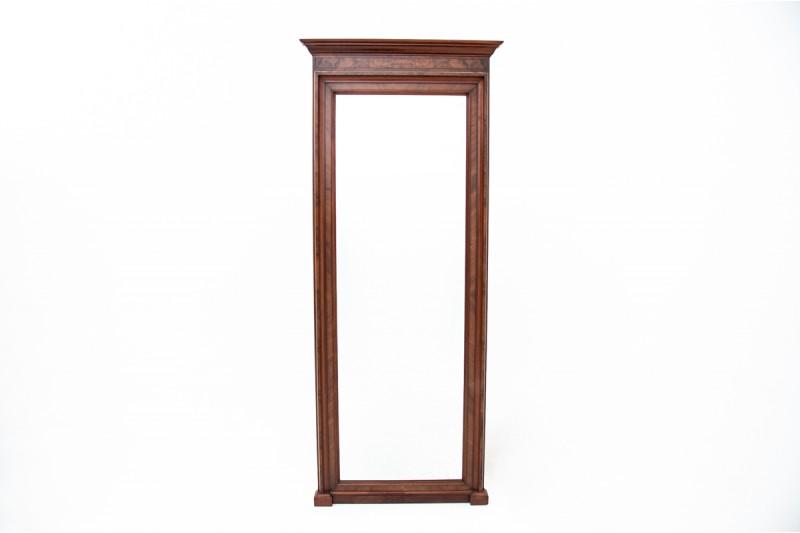 wiszące stare lustro w drewnianej ramie