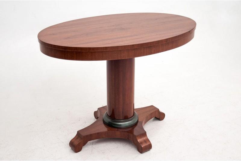 antyczny stolik z owalnym blatem