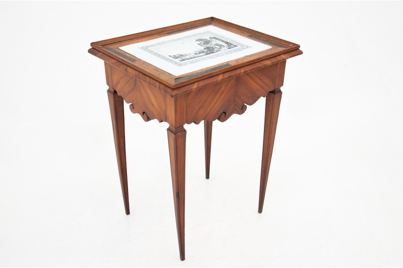 antyczny stolik z porcelanowym blatem
