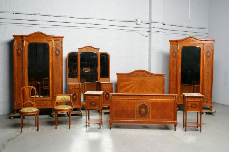 Ein antikes Schlafzimmer aus der Zeit um 1910. Kundenspezifische Möbel