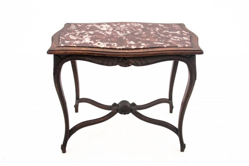 zabytkowy stolik z kamiennym blatem
